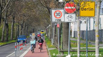 Berlin cycling lane (picture-alliance/dpa/J. Kalaene)