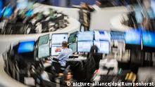 Zahlreiche Monitore leuchten am 02.12.2014 in Frankfurt am Main (Hessen) im Handelssaal der Börse an den Arbeitsplätzen der Händler (Aufnahme mit Dreheffekt) Der Dax hatte am Vormittag erstmals seit Anfang Juli wieder die Marke von 10 000 Punkten überwunden. Foto: Frank Rumpenhorst/dpa
