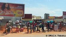 Bild: 49 Zungueiras SP Titel: Straßenverkäuferinnen Luanda Bildbeschreibung: Straßenverkäuferinnen im Stadtviertel São Paulo in der Hauptstadt Angolas, Luanda. Auf dem Bild kann man sehen, dass sie auf der Flucht von der Polizei sind. In Luanda werden die Straßenverkäuferinnen stark kontrolliert. Sie werden in Luanda Zungueiras genannt. Datum: 16.11.2014 Ort: Luanda, Angola. Fotografin: Cristiane Vieira Teixeira, freie Mitarbeiterin der Deutschen Welle