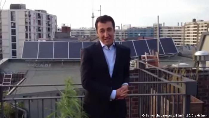 Grünen-Chef Özdemir mit seiner Hanfpflanze (Quelle: youtube)