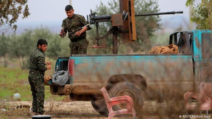 Kämpfer der Kurden-Miliz YPG in Syrien hantieren an einer schweren Waffe (Archivfoto: Reuters)