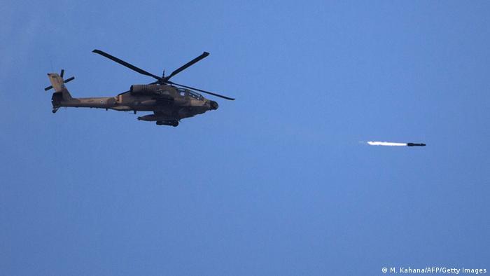 Ein israelischer Apache-Helikopter beim Abfeuern einer Rakete (Foto: AFP)