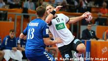 Bildunterschrift:Germany's Steffen Weinhold (C) goes for a shot as Russia's Sergey Sorbok (L) defends him during the 24th Men's Handball World Championships preliminary round Group D match between Germany and Russia at the Lusail Sports Arena in Lusail in Doha on January 18, 2015. AFP PHOTO / MARWAN NAAMANI (Photo credit should read MARWAN NAAMANI/AFP/Getty Images)
