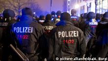 Polizisten in Dresden (picture-alliance/dpa/A. Burgi)