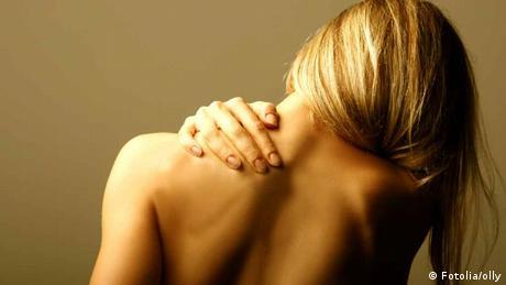 Gesundheit Frau hat Rückenschmerzen
