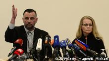 Bildunterschrift:Lutz Bachmann (L), leader of the anti-Islamic Pegida (Patriotic Europeans Against the Islamisation of the Occident) movement and Pegida spokeswoman Kathrin Oertel give a press conference on January 19, 2015 in Dresden, easatern Germany. German police banned a planned rally by the movement and other public open-air gatherings in the eastern city of Dresden on January 19, 2015, citing a terrorist threat. AFP PHOTO / ROBERT MICHAEL (Photo credit should read ROBERT MICHAEL/AFP/Getty Images)