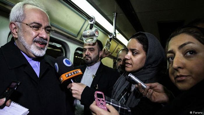 محمد جواد ظریف در متروی تهران در حال پاسخگویی به خبرنگاران