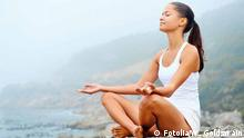 Frau meditiert im Lotussitz am Wasser, Quelle: Fotolia