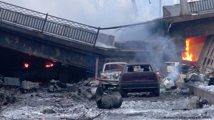 Разрушенный мост вблизи донецкого аэропорта