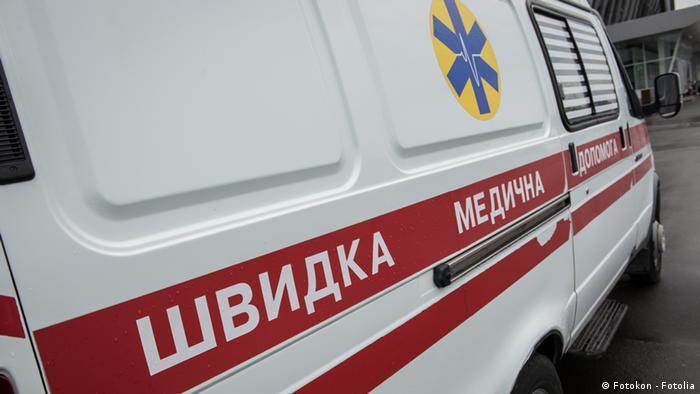 Машина швидкої медичної допомоги біля лікарні у Києві