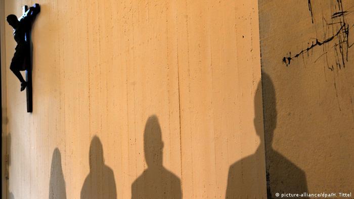 Symbolbild sexueller Missbrauch in der katholischen Kirche. Foto: Harald Tittel dpa/lrs