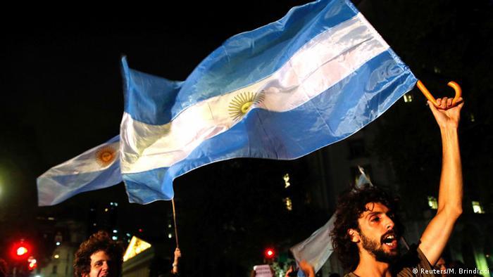 Argentina: Analistas veem frustração com a democracia