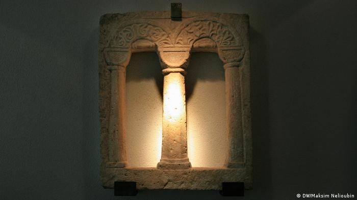 Романское окно из миквы в экспозиции музея