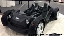 Ein «Strati», einen tiefer gelegter Elektro-Zweisitzer, wird 14.01.2015 auf der Detroit Auto Show vorgestellt. Der Wagen stammt aus einem 3D-Drucker. Das Unternehmen Local Motors aus Chandler im US-Bundesstaat Arizona produziert den «Strati». Der Produktionsprozess dauert 44 Stunden, doch Local Motors hat sich vorgenommen, ihn auf 24 Stunden zu reduzieren. Nachdem die Karosserie und das Fahrwerk gedruckt sind, werden die mechanischen Komponenten wie Motor, Batterien, Kabel und Federung ergänzt. Foto: Gertel Johnstone/dpa (zu dpa 0623 vom 15.01.2015)
