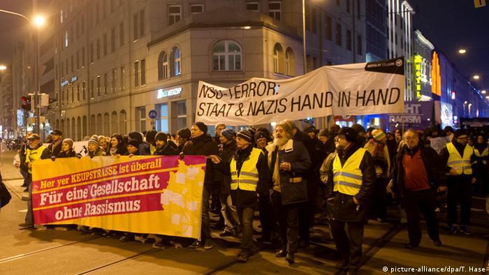 Oberlandesgericht München Demonstration gegen NSU / BND 20.01.2015 (picture-alliance/dpa/T. Hase)