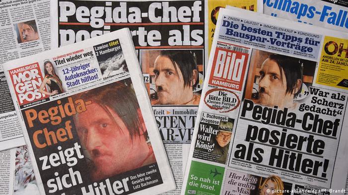 Zeitungen zeigen das Foto von Lutz Bachmann mit Hitler-Bart und -Scheitel (Foto: dpa)