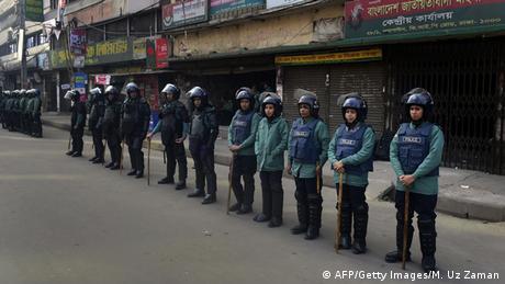 Bangladesch Polizisten beim Generalstreik am 21.01.2015 in Dhaka (AFP/Getty Images/M. Uz Zaman)