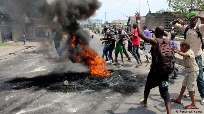 Demonstrators burn tyres to set up barricades during a protest in the Democratic Republic of Congo's capital Kinshasa January 20, 2015. Protests erupted for a second day in Democratic Republic of Congo on Tuesday over proposed changes to an election law that could delay a vote due in 2016 and allow President Joseph Kabila to stay in power. Picture taken January 20, 2015. REUTERS/Jean Robert N'Kengo