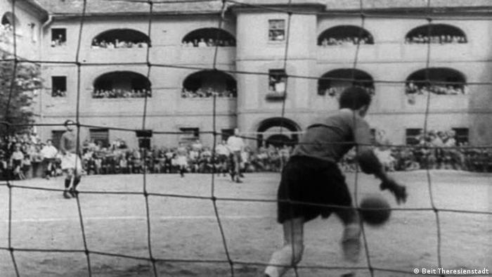 Historische Aufnahme eines Fußballspiels im Innenhof einer Kaserne.