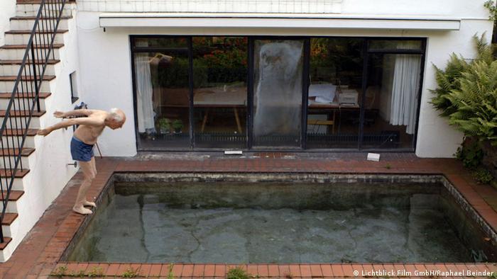 Gottfried Böhm macht einen Köpper in das Schwimmbad seines Hauses