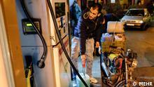 Titel: Tanken Bildbeschreibung: letzte Tag zum Tanken für Benzin mit staatlich subventionierte Preis umgerechnet 10 Cent Stichwörter: Iran, KW4, Benzin, Tanken, Tankstelle Quelle: MEHR Lizenz: Frei