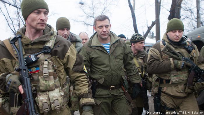 Ołeksander Zacharczenko (w środku) w otoczeniu ochroniarzy (22.01.2015)