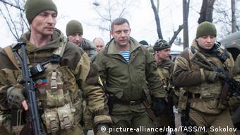 Местный авторитет Александр Захарченко (в центре) находится после ранения в госпитале