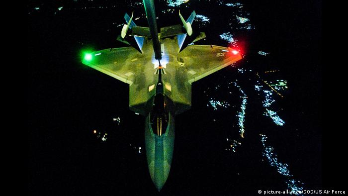 US Kampfjets fliegen Angriffe gegen IS in Syrien Archiv August 2014 (picture-alliance/DOD/US Air Force)