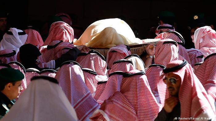 The body of Saudi King Abdullah bin Abdul Aziz is carried during his funeral at Imam Turki Bin Abdullah Grand Mosque, in Riyadh January 23, 2015. REUTERS/Faisal Al Nasser