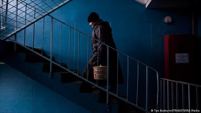 Пацієнтка несе їжу сходами