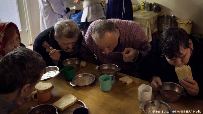 Пацієнти їдять за столом