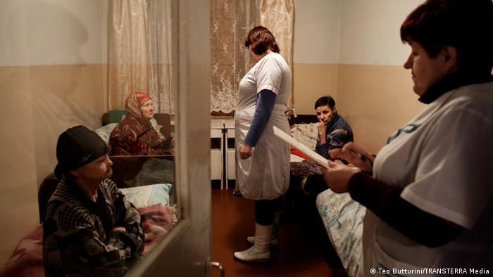 Лікарка та медсестра говорять з пацієнтами