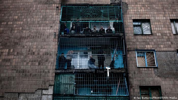 Фасад лікарні. Пацієнти курять на балконах
