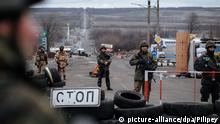 epa04539517 Ukrainian soldiers stand guard at a checkpoint, near the eastern city of Debaltseve, Ukraine, 24 December 2014. The Ukraine Contact Group was meeting in Belarus with representatives aiming to restart peace talks between the government and pro-Russian rebels three months after they agreed to a ceasefire. The trilateral Contact Group consists of Russia, Ukraine and the Organisation for Security and Cooperation in Europe (OSCE). EPA/ROMAN PILIPEY +++(c) dpa - Bildfunk+++