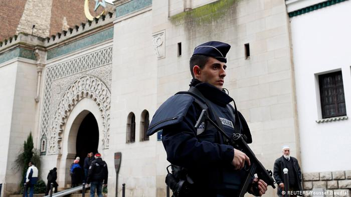 Французский полицейский возле одной из мечетей в Париже