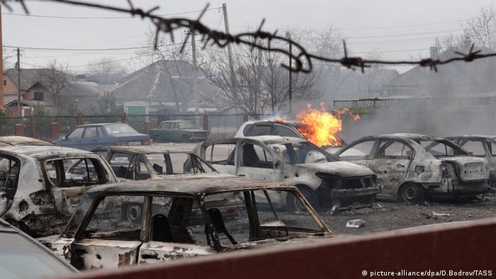 Улица Мариуполя после обстрела сепаратистами в январе 2015 года (фото из архива)