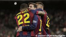 epa04574500 FC Barcelona's Dani Alves (L) and Neymar (R) congratulate Leo Messi (C) after scoring against Atletico Madrid during the King's Cup quarter finals first leg match played at Camp Nou stadium in Barcelona, Catalonia, Spain on 21 January 2015. EPA/TONI ALBIR +++(c) dpa - Bildfunk+++