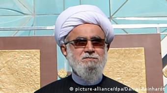 Ayatollah Reza Ramezani vor der blauen Moschee in Hamburg (picture-alliance/dpa/Daniel Reinhardt)