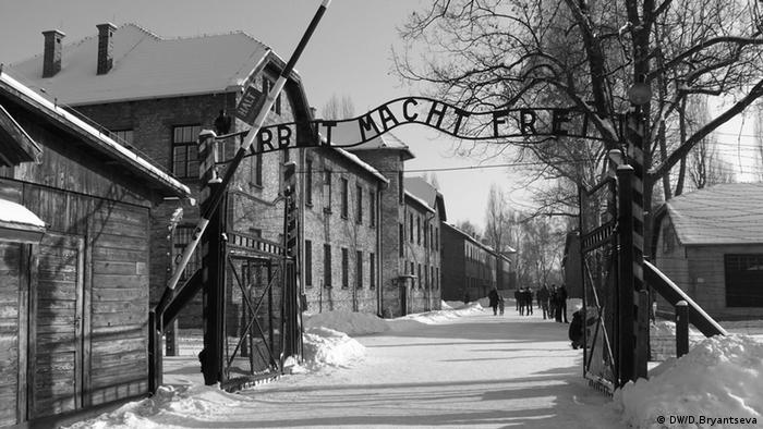 Ворота с надписью ''Труд освобождает''