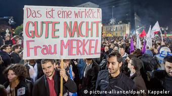 Syriza Unterstützer Feier 25.01.2015 Athen Transparent Merkel