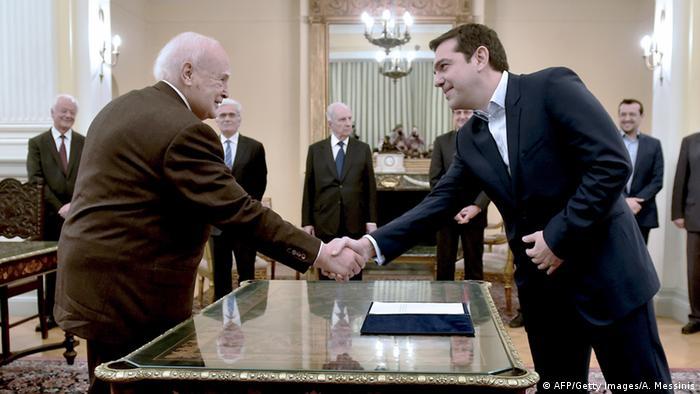 Präsident Papoulias und der neue Regierungschef Tsipras bei der Vereidigung in Athen (Foto: AFP)