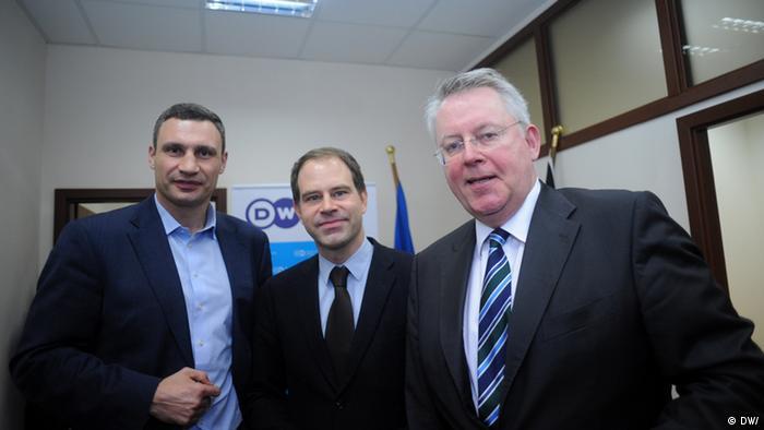 Віталій Кличко, Франк Гофманн та Петер Лімбурґ (зліва направо) у корпункті DW у Києві