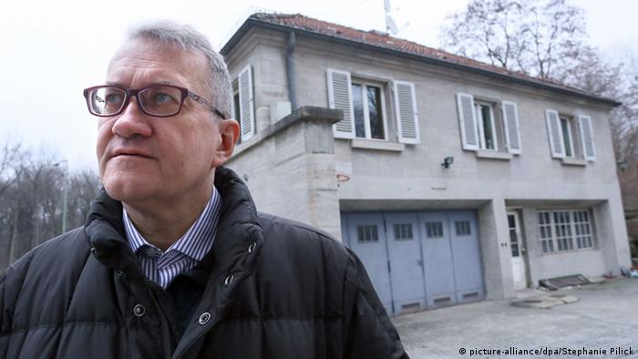 Matthias Katsch stands outside a Jesuit school building in Berlin (picture-alliance/dpa/Stephanie Pilick)