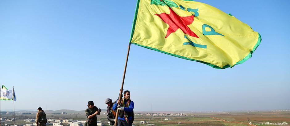 Milícia curda do YPG celebra a expulsão do EI de Kobane, em 2015. Curdos  já conquistaram quase todo o norte da Síria