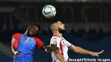 Bildunterschrift:Tunisia's midfielder Youssef Msakni (R) heads the ball with Democratic Republic of the Congo's defender Issama Mpeko during the 2015 African Cup of Nations group B football match between Democratic Republic of the Congo and Tunisia in Bata on January 26, 2015. AFP PHOTO / CARL DE SOUZA (Photo credit should read CARL DE SOUZA/AFP/Getty Images)