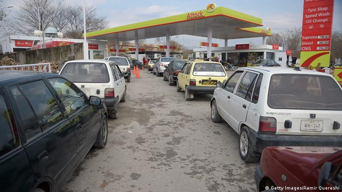 Pakistani motorists wait for their turn to fill their vehicles at a petrol station in Islamabad on January 22, 2015 (Photo: AAMIR QURESHI/AFP/Getty Images)