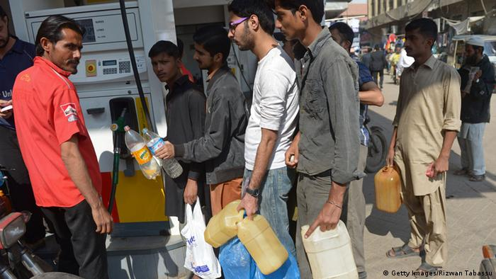 Pakistan′s fuel crisis might cost PM Sharif his government | Asia