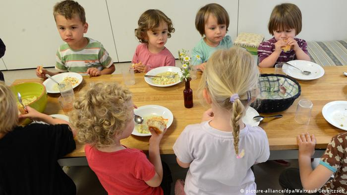 Buchkindergarten in Leipzig Kinder beim Mittagessen Kita Kindergarten