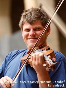 The Israeli violinist Guy Braunstein. Copyright: Arp Museum Bahnhof Rolandseck dpa/lrs