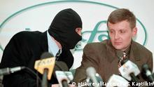(FILES) A file photograph showing Russian Federal Security Service (FSB) colonel Alexander Litvinenko (R) and a colleague wearing a mask, to protect his identity (L), speaking to each other during their press conference at the 'Interfax' news agency on Tuesday, 17 November 1998. EPA/SERGEI KAPTILKIN (zu: Litwinenko kurz vor Tod: Putin hat meine Ermordung befohlen vom 27.01.2015) +++(c) dpa - Bildfunk+++